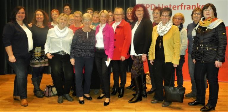 Mit Schwung ins neue Jahr – auch die Frauen in der SPD genossen den Neujahrsempfang in der Stadthalle. Seit 100 Jahre haben Frauen aktives und passives Wahlrecht, und sie sind in unserer Region für die SPD in verantwortlichen Positionen, wie das Bild eind