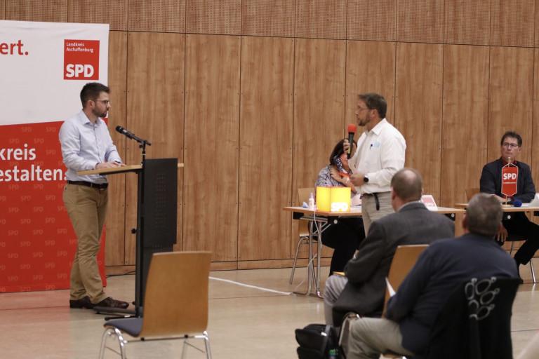 Fraktionsvorsitzender Simon Dümig stand Rede und Antwort beim Kreisparteitag am 02.10.2020 (Foto: Roland Leitz)